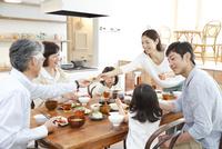 朝食中の3世代家族
