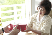 プレゼントを受け取るミドル女性
