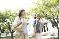 キャンパスを歩く2人の女子大生