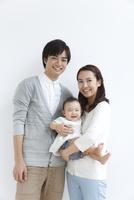 赤ちゃんのいる若い3人家族ポートレート 10186007877| 写真素材・ストックフォト・画像・イラスト素材|アマナイメージズ