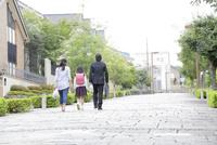 通学・出勤する後姿の3人家族