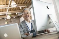 デスクで仕事をするシニアビジネスマン 10186009156| 写真素材・ストックフォト・画像・イラスト素材|アマナイメージズ