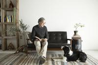 ソファで愛犬と過ごすシニア男性 10186009257| 写真素材・ストックフォト・画像・イラスト素材|アマナイメージズ
