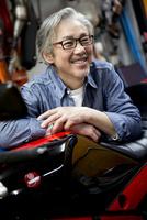 バイクのタンクに重なって微笑むシニア男性
