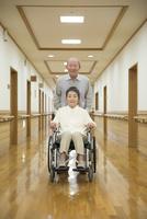 車椅子に座ったシニア夫婦 10186009420  写真素材・ストックフォト・画像・イラスト素材 アマナイメージズ