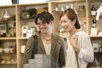 雑貨店でショッピングするカップル 10186009647| 写真素材・ストックフォト・画像・イラスト素材|アマナイメージズ