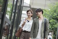 ウィンドウショッピングをするカップル 10186009665| 写真素材・ストックフォト・画像・イラスト素材|アマナイメージズ