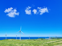 発電風車と青空に夏雲