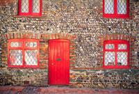 赤いドアと赤い窓枠のレンガ家