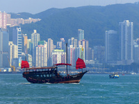 ヴィクトリア湾に浮かぶ赤い帆船 10193002435| 写真素材・ストックフォト・画像・イラスト素材|アマナイメージズ