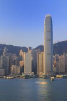 朝の香港島とIFCビルとヴィクトリア湾