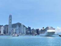 青空とヴィクトリア湾から香港島と大型客船