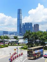青空と入道雲と香港島の二階建てバス