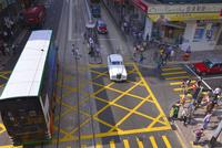 交差点を走る白い車