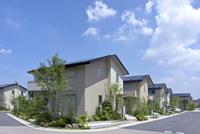 屋根に太陽光発電を設置した住宅街 10194005358| 写真素材・ストックフォト・画像・イラスト素材|アマナイメージズ