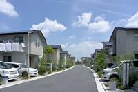 屋根に太陽光発電を設置した住宅街 10194005360  写真素材・ストックフォト・画像・イラスト素材 アマナイメージズ