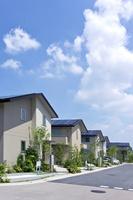 屋根に太陽光発電を設置した住宅街