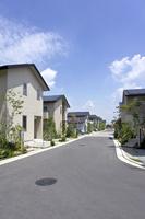 屋根に太陽光発電を設置した住宅街 10194005364  写真素材・ストックフォト・画像・イラスト素材 アマナイメージズ