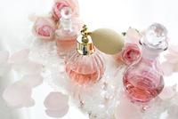 クラシックな香水瓶とバラの花とレース