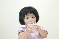 ミルクが大好きな3才の女の子