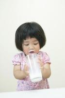 牛乳が大好きな3才の女の子
