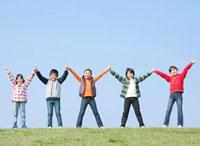 手をつなぐ小学生の男の子2人と女の子3人