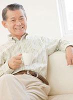 ソファーでくつろぐ60代の男性 10208000233| 写真素材・ストックフォト・画像・イラスト素材|アマナイメージズ