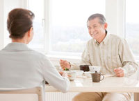 食事を楽しむ60代の夫婦