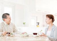 食事を楽しむ60代の夫婦 10208000279| 写真素材・ストックフォト・画像・イラスト素材|アマナイメージズ