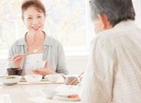 食事を楽しむ60代の夫婦 10208000281| 写真素材・ストックフォト・画像・イラスト素材|アマナイメージズ