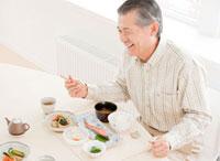食事を楽しむ60代の男性 10208000282| 写真素材・ストックフォト・画像・イラスト素材|アマナイメージズ