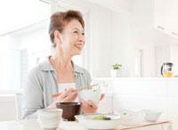 食事を楽しむ60代の女性