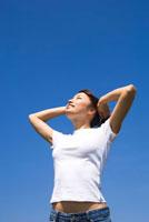 青空を見上げる女性