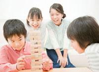 ブロックで遊ぶ小学生の男の子と女の子