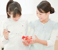 いちごを食べる小学生の女の子