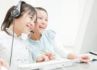 パソコンを操作する小学生の女の子2人