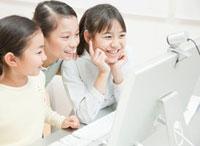 パソコンを操作する小学生の女の子3人