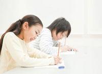 勉強をする小学生の男の子と女の子