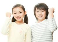 小学生の男の子と女の子のポートレート