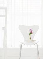 椅子の上に置かれた本と花瓶