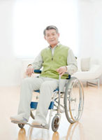 リビングで車椅子に座るシニア男性