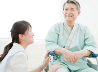車椅子に座るシニア男性と女性看護師