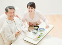 ベッドで食事をする父親と娘 10208000641| 写真素材・ストックフォト・画像・イラスト素材|アマナイメージズ