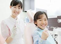歯科衛生士に歯磨きの指導を受ける子供