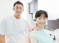 歯科医師と患者の女性