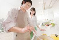 料理をする新婚夫婦 IHキッチン