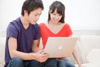 パソコンをする新婚夫婦 リビング