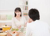 ダイニングテーブルで食事を楽しむ新婚夫婦 ダイニング