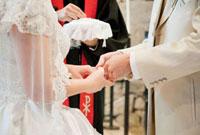 結婚式の新郎新婦 指輪交換 10208000797| 写真素材・ストックフォト・画像・イラスト素材|アマナイメージズ