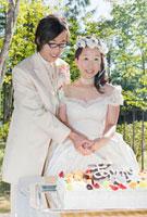 結婚披露宴 ガーデン・パーティーでの新郎新婦によるケーキ入刀